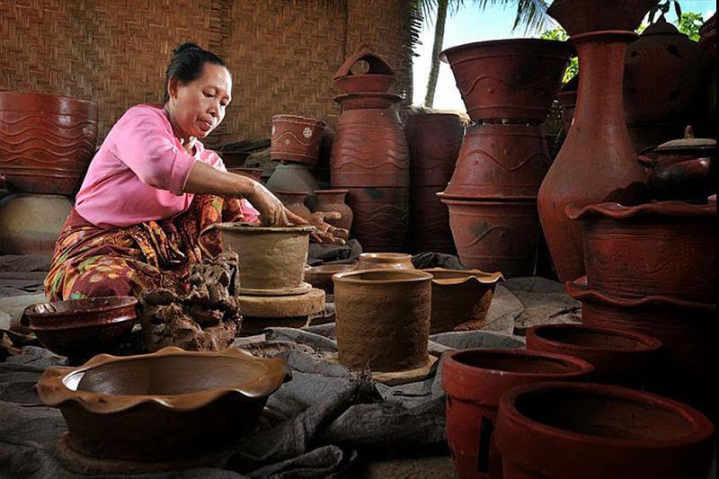 Produk kerajinan UKM lokal Banyumulek Lombok