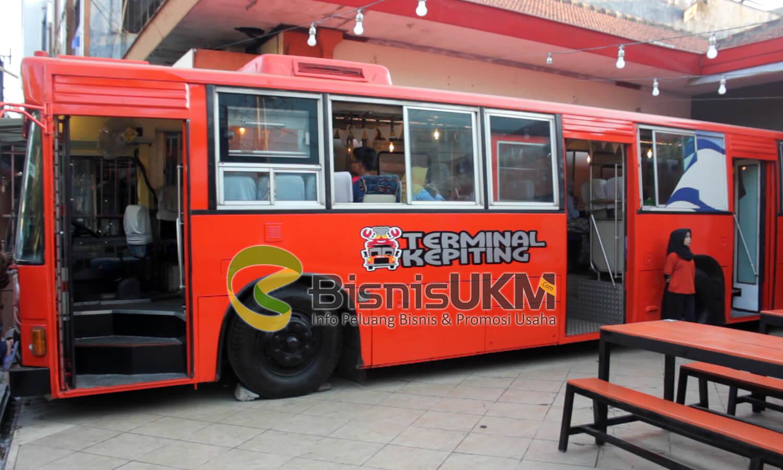 Sensasi Makan Kepiting di Dalam Bus, Bisnis Seafood Ini Diserbu Nitizen