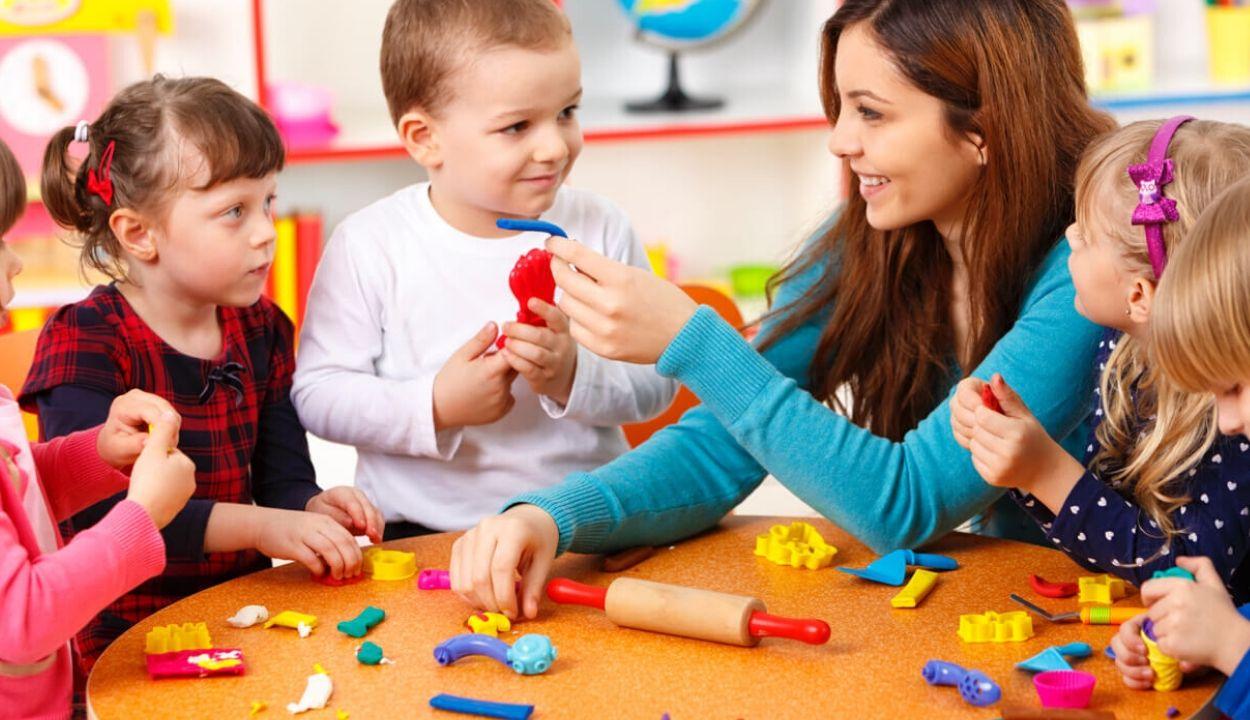 orang-tua-kerja-usaha-penitipan-anak-bakalan-kelarisan